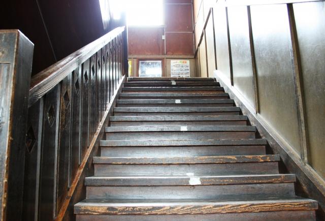 木造校舎見上げる階段