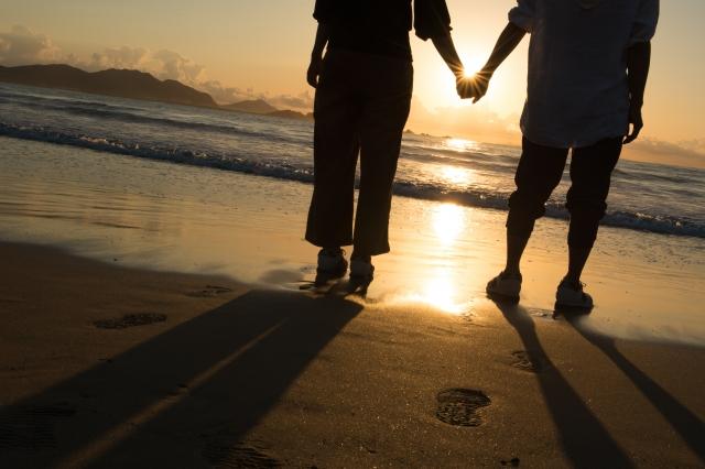 偽ツインレイの特徴を見極め、夕陽に向かい手をつなぎきずなを確かめる真のツインレイカップル