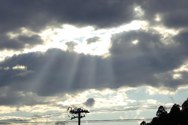 空から差し込む光